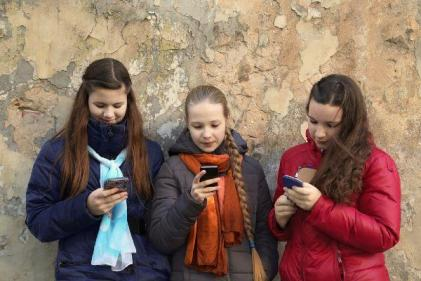 Heres how to get teens to study when they can't get off their phones