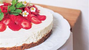 Strawberry cheesecake with mint and balsamic