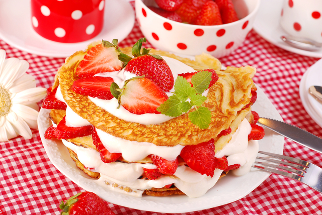 Pancakes with strawberries and cream