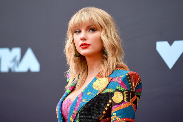 Fans claim to spot Taylor Swift on a Donegal beach visiting boyfriend Joe Alwyn