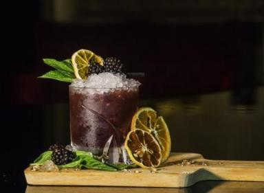 New cocktail recipe alert! This blackberry gin bramble cocktail is autumn-y perfection!
