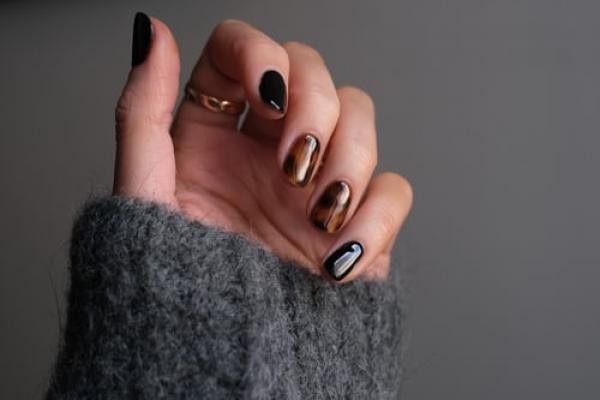 Marbling, groovy patterns and autumnal colours: The masterlist of autumn 2021 nail trends