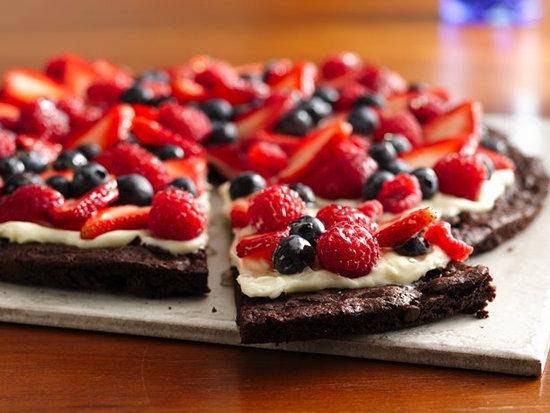 Brownie-berry dessert pizza
