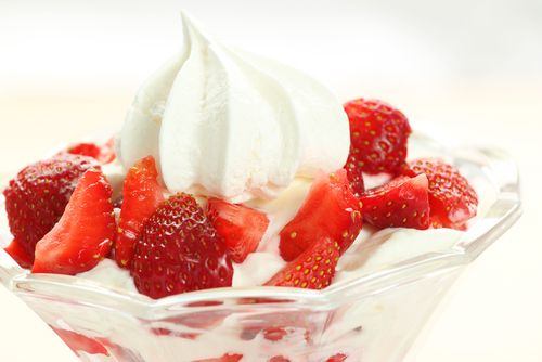 Sugared strawberries with rose cream