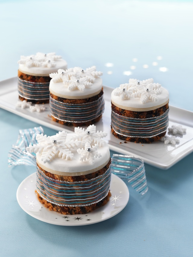 Mini Christmas cakes with star toppers