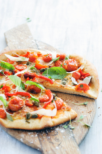 Tomato, olive oil and basil pizza