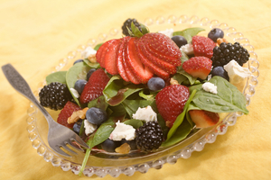 Spinach, berries and goats cheese salad