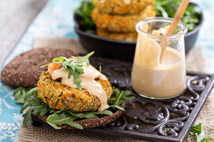 Chickpea burgers with yoghurt sauce
