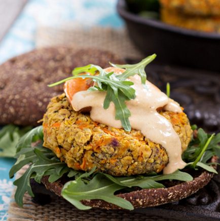Chickpea burgers with a yoghurt sauce