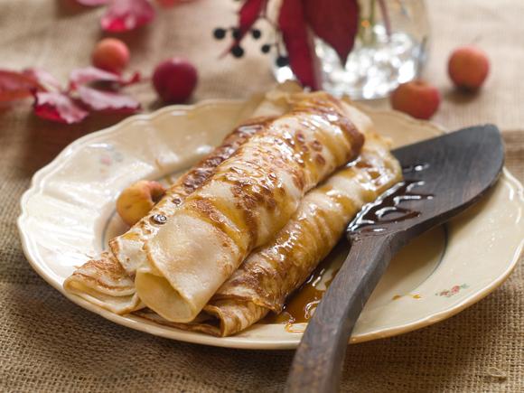 Cinnamon crêpes with banana and cherries