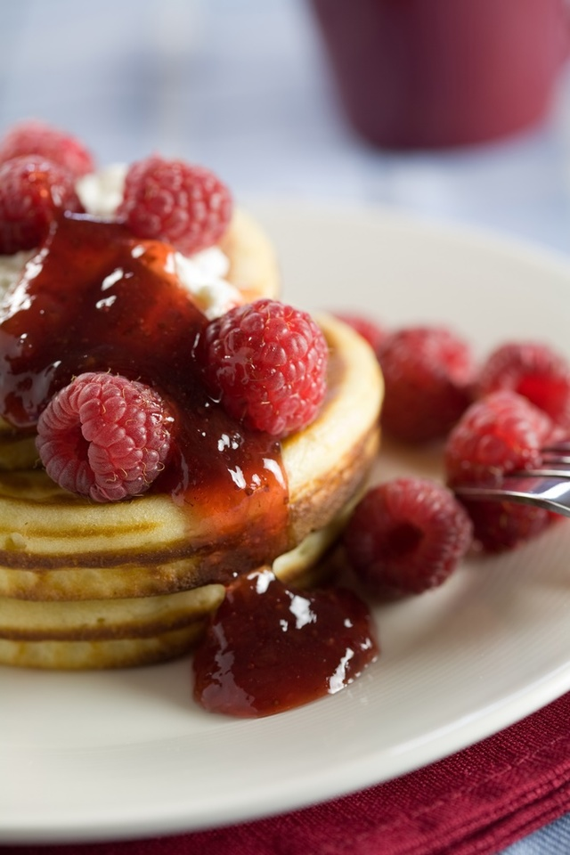 Cinnamon pancakes with raspberry jam