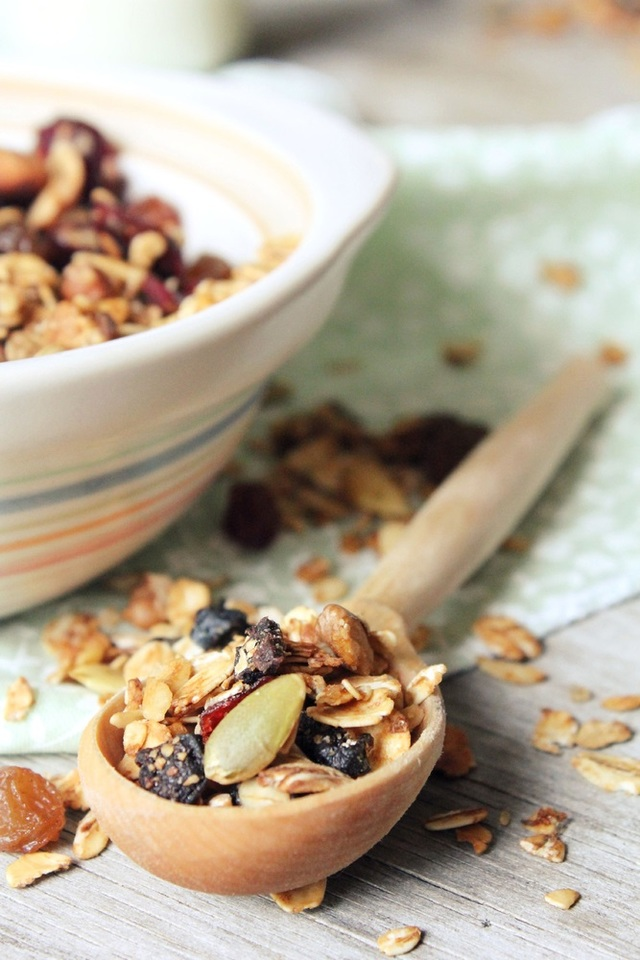 Wheat-free granola with almonds and apricots