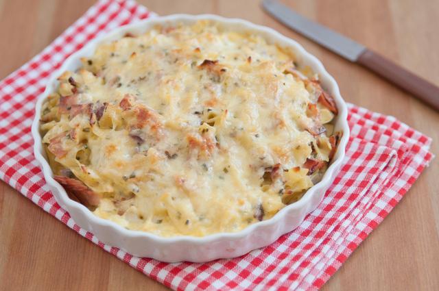Cheesy pasta bake with leek and bacon