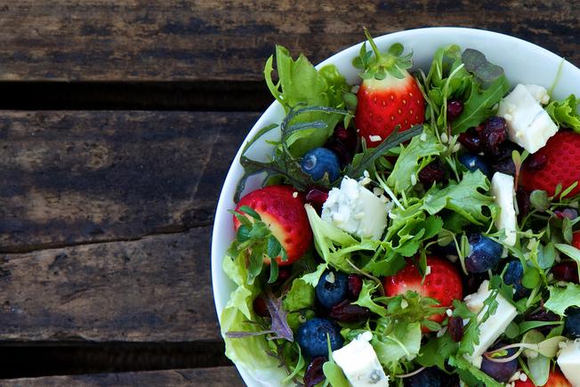 Rocket salad with mixed berries