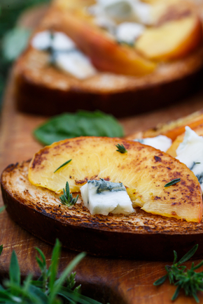 Griddled peaches with toast, prosciutto and blue cheese