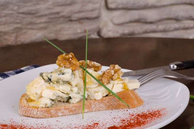 Blue cheese and walnut toasts