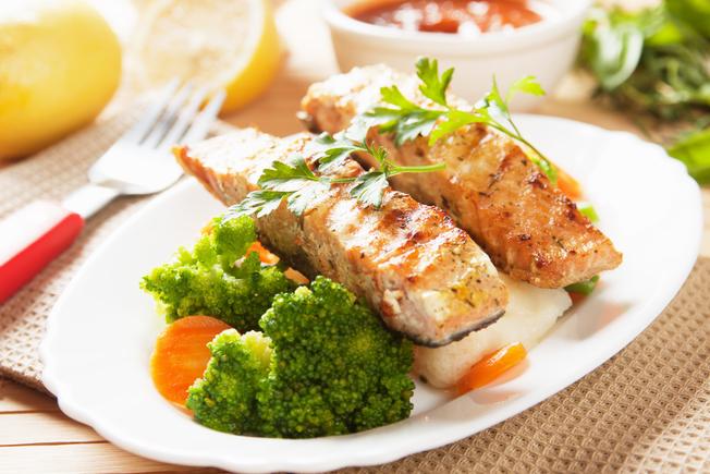 Seared salmon with broccoli