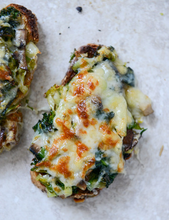 Grilled asparagus with cheesy toasts, roasted garlic