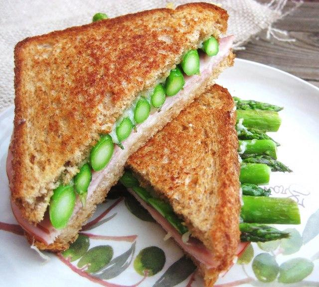 Ham with asparagus toasties