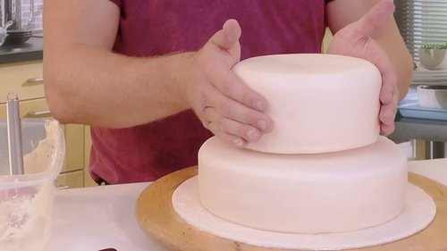 How to stack a two tier iced cake