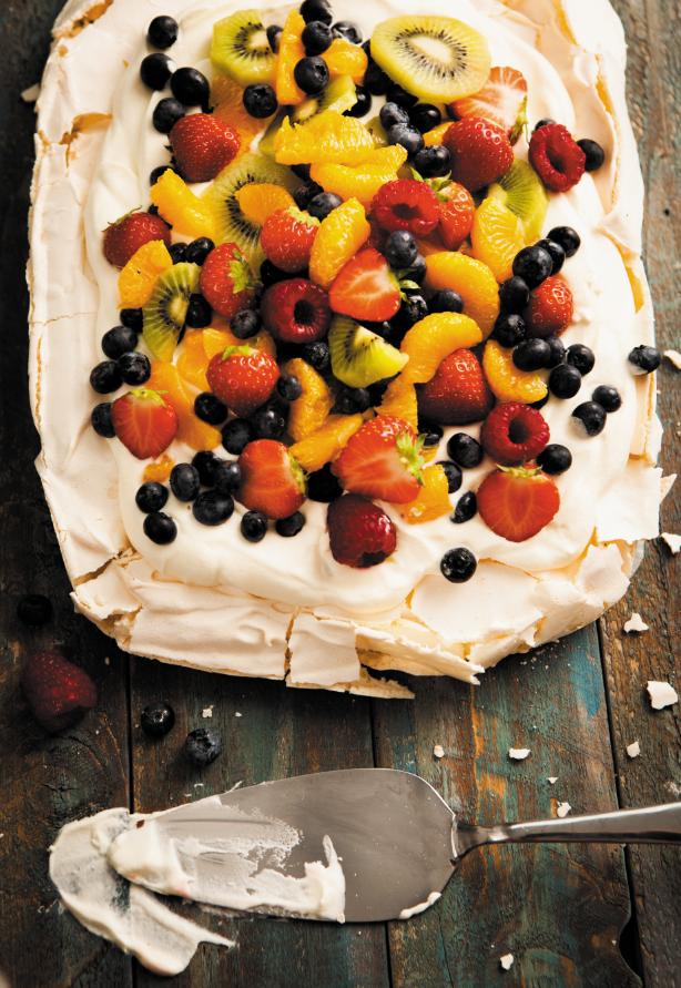 Vanilla pavlova with mixed fruits