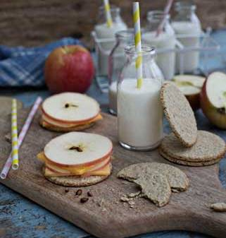 Oat cakes with white cheddar cheese and sliced apple