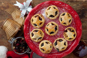 Cranberry and pear fruit mince pies by Catherine Fulvio