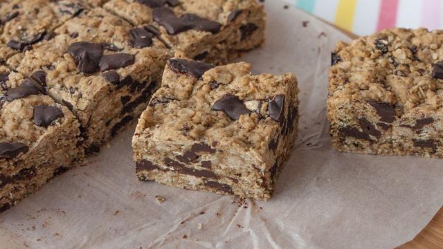 Dark chocolate chunk oat cookie bars