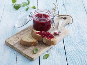 Strawberry jam with lemon and mint